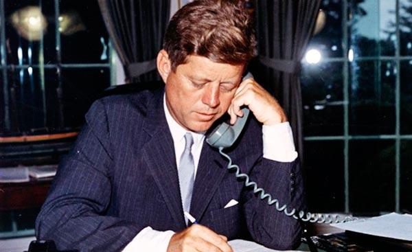 John F. Kennedy hablando por teléfono