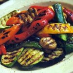 Adelgaza tomando verduras asadas