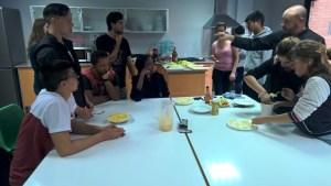 Los jóvenes aprenden nutrición y cocina en el taller