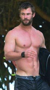 Chris Hemsworth tiene un cuerpo musculado y estilizado