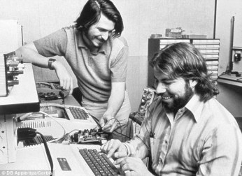 Peter Wozniak y Steve Jobs trabajando en su garage