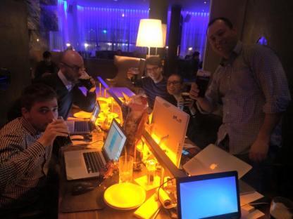 Programadores en una Code-A-Thons. La modalidad consiste en juntarse a programar durante 24 horas seguidas en un proyecto y darle un impulso único. La misma fue tomada en el lobby de un Hotel de Irlanda.