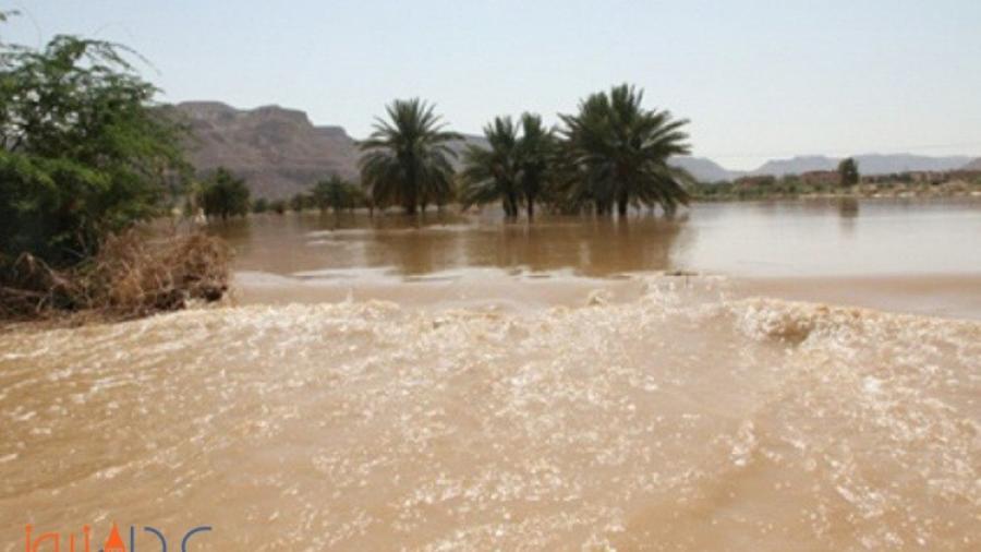 مياه السيول تجرف حافلة نقل في وادي حضرموت