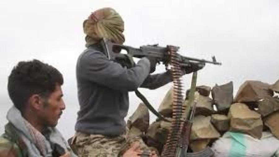أفراد الجيش الوطني يقصفون مواقع الانقلابيين جنوب تعز ومقتل 3 من الانقلابيين