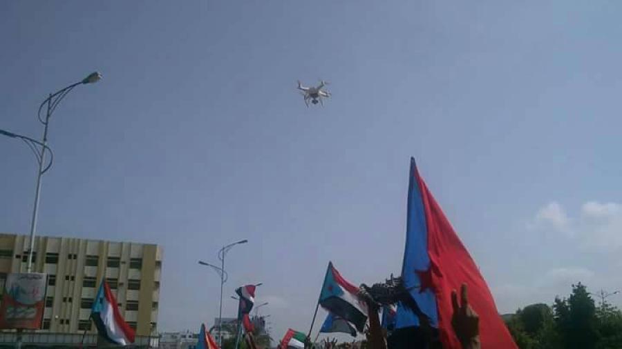 """حشود ضعيفة في الفعالية الصباحية """"للمجلس الانتقالي"""" المتمرد على الشرعية في عدن وصراع على المنصة """"صور"""""""
