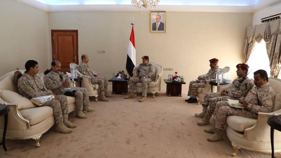 """خلال لقاء في عدن.. رئيس هيئة الاركان """"النخعي"""" يتحدث عن دور المملكة في اليمن، وقائد القوات السعودية يرد عليه"""