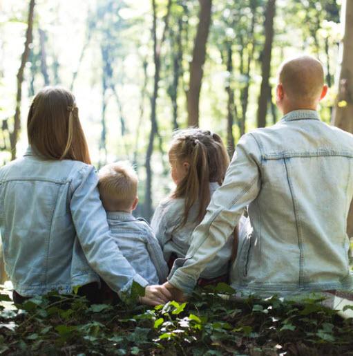 gezin in het bos