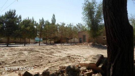 图三:这所被拆毁的清真寺位于伊州区黄田农场三区,地面上可以清楚地看到推土车推过的痕迹