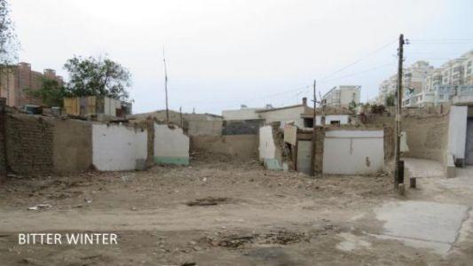 图十一:图中白墙是以往清真寺的墙壁,拆毁的时候是直接推平的,什么都没有了