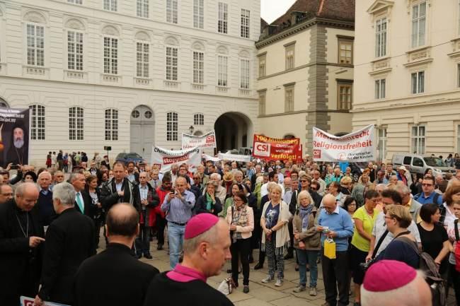 沉默游行队伍在奥古斯丁教堂前的约瑟夫广场集合 (图:秦民、杨顺萍)