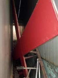锯下来的十字架被扔在角落