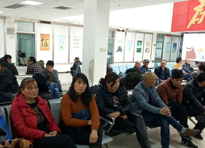 湖南90多名尘肺病人及部分遗属在深圳市信访办维权(维权人士独家提供)