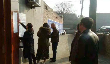 山西霍州宗教官员在教会门口张贴公告。(信徒提供/记者乔龙)