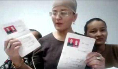 哈萨克穆斯林卧热阿丽汗述说在新疆的丈夫被逼与她离婚