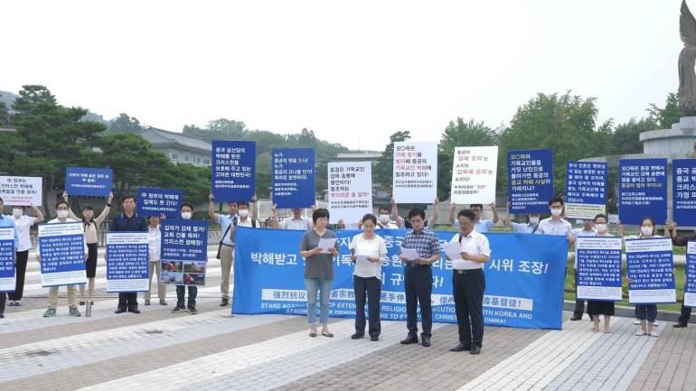 四名韩国的全能神教会基督徒在广场前发言