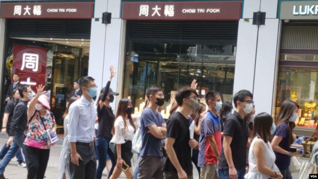 网友周五中午在尖沙咀沿弥敦道快闪抗议