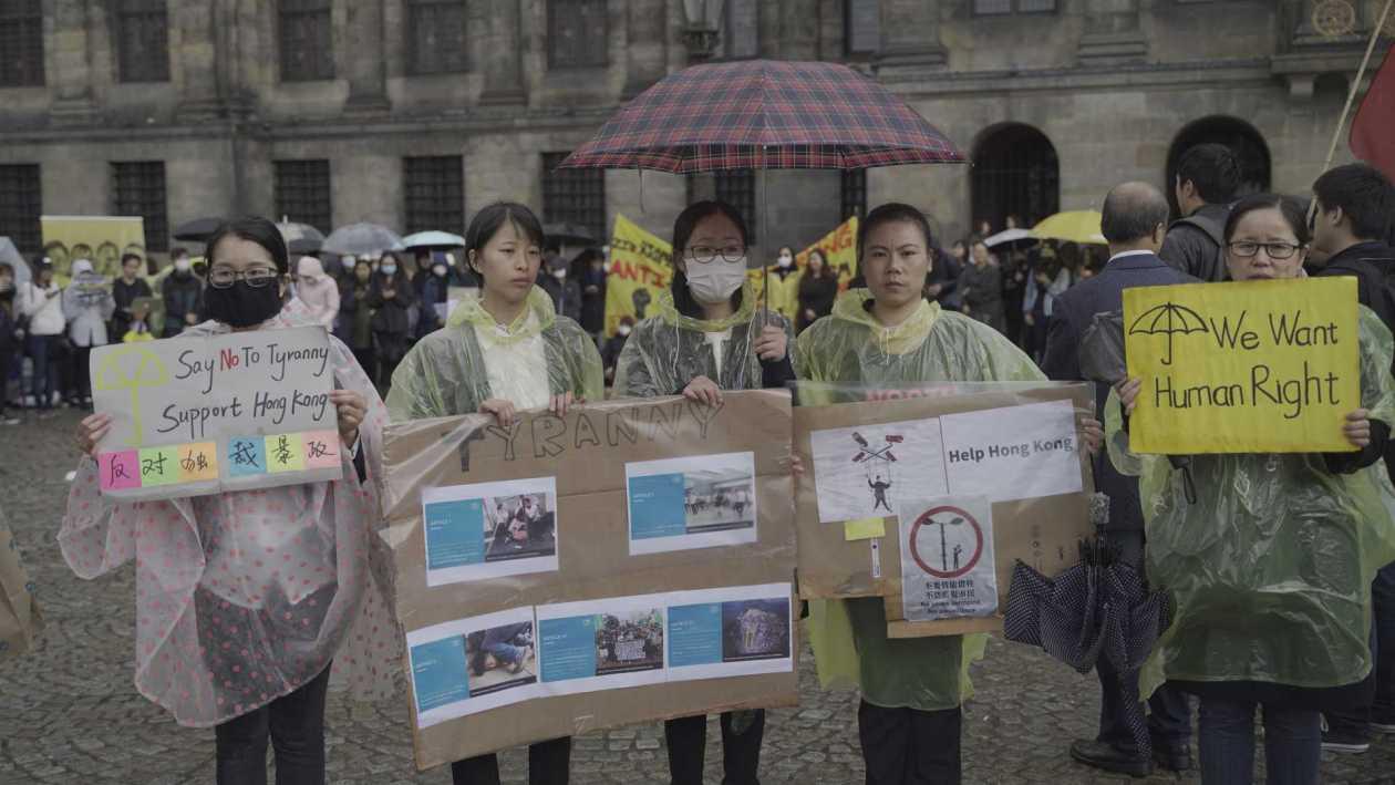 志愿者手持标语,声援香港