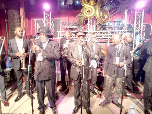 Jeannot Bombenga et Vox Africa chantant Mado (Adiac)