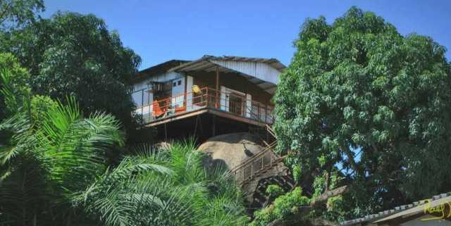 La Casa sobre la Piedra, fue diseñada por Juan Riverola Giralt; se conoce que fue un inmigrante de origen cubano, quien se dedicaba a la construcción al sur de Venezuela