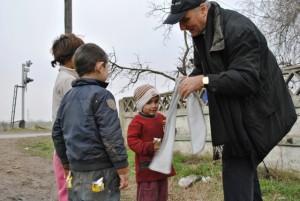 Episcopul greco-catolic de Oradea, Virgil Bercea, in vizita la familiile de la groapa de gunoi a Oradei2