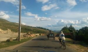 biciclist si caruta pe drum in Madagascar