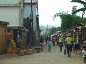 oameni pe strada Antananarivo Madagascar 3