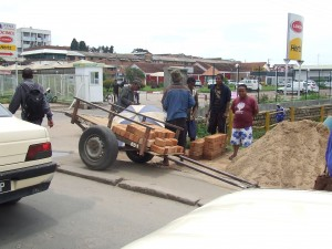 caramizi duse cu caruciorul Antananarivo Madagascar