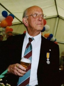 Bob Ontrop, beduusd na zijn koninklijke onderscheiding