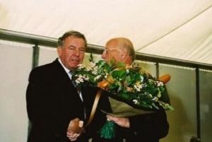 De voorzitter van ZOW feliciteert Bob Ontrop met zijn koninklijke onderscheiding