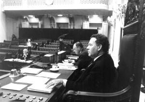 Griffier Bert Hubert staat de 'ad hoc- Kamervoorzitter terzijde (Fotobureau Thuring BV 's-Gravenhage)