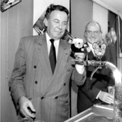 Ad Lansink tapt eerste bokbiertje. Nieuwspoort-voorzitter Jan van Groesen ziet dat het goed is Foto: Cees Zorn, den Haag (1990)