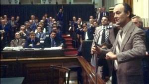 Wim Aantjes aan het woord als CDA-fractievoorzitter. Zijn fractiegenoten zijn een en al aandacht (1978)