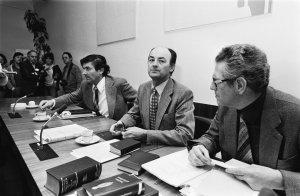 Wim Aantjes achter de bestuurstafel in de CDA-fractiekamer, met aan zijn zijde Ruud Lubbers en Gerard van Leijenhorst (1978)