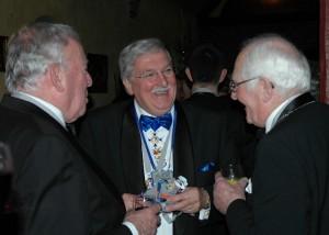 Gerard Brouwer, President van De Keulse Pot, met twee nestoren uit Knotsenburg
