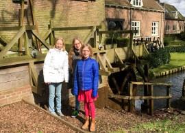 Wel 'lieverdjes' : Femke Nijhuis en Amy en Vera Bolck voor de oude watermolen (Foto Ad Lansink)