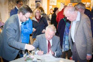 Signeren: een vak apart. Walter Jansen - eigenaar van het Colofon - geeft de auteur aanwijzingen (Foto: Rene Wouters)