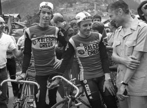 Premier Dries van Agt bij Tour de France met Zoetemelk (Raleigh) (Foto: Cor Vos ©1981)