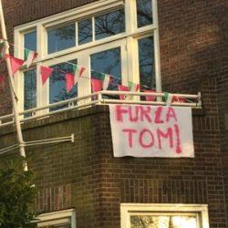 Forza Tom: een terechte aansporing op de Nijmeegse Oranjesingel (Foto: Ad Lansink)
