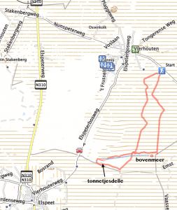 Wandelen tussen Elspeet en Vierhouten. De rode lijn markeert de rondwandeling vanuit Vierhouten naar Tonnetjesdelle em Bovenmeer. De waterwerken van D.G. van Beuningen zijn te voet of met de fiets te bereiken via de parkeerplaats op de Elspeterbosweg.