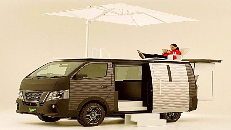 Otomobil dünyasının önde gelen isimlerinden Nissan, çalışanlara yönelik tasarlanan NV350 adlı karavanlarını konsept görsellerini paylaştı. Karavan, sürgülü ofis sistemi ve çatı katındaki mini salon ile son derece dikkat çekiyor.