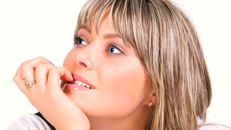 Tırnak yeme alışkanlığı kötü bir görüntünün yanında kişinin parmak, tırnak hatta çene ve dişlerine bile zarar veren bir alışkanlıktır.