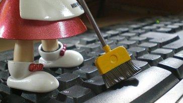 Bir klavyenin ne kadar kirli olabileceğini hiç düşündünüz mü? Peki, bir klozetten 20.000 kat daha fazla bakteri barındıran klavye nasıl temizlenir? İşte adım adım klavye temizliği ve klavye temizlemenin püf noktaları