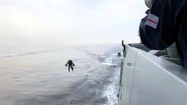 Daha önce rekorlar kırdığını gördüğümüz jet kıyafet, bu kez Kraliyet Donanması'nın tatbikatında kullanıldı. Pilotlar, gemiye daha hızlı binilmesini sağlamak için havadan gemiye iniş yaptı ve ekiplerine merdiven uzattı.