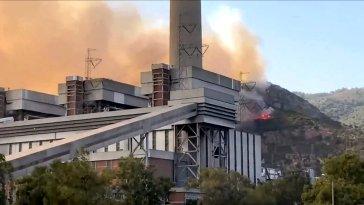 Kısa süre önce resmi Twitter hesabından yeni bir video paylaşan Milas Belediye Başkanı Muhammet Tokat, halihazırda devam etmekte olan orman yangınının Kemerköy'de bulunan termik santrale dayandığını belirtti.