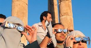 راصدون في عمان، الأردن، يشاهدون عبور كوكب الزهرة عبر قرص الشمس في يونيو 2012 ALI JAREKJI/REUTERS