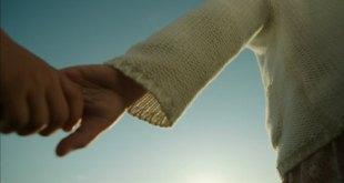 267197311-accompagnare-prendere-per-mano-tenersi-per-mano-idillio
