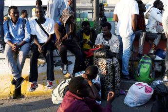 Migranti, 53 scappano da hotspot Pozzallo. Sindaco: Tutti negativi al Covid