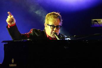 Elton John interrompe il concerto: Ho la polmonite