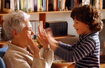 Istat: nonni baby sitter pilastro famiglie ma al Sud 1 donna su 5 a casa per prole