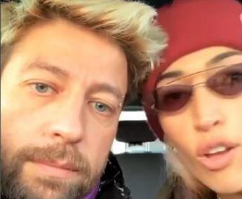 Tra Nina Zilli e Danti è love story, baci appassionati sui social